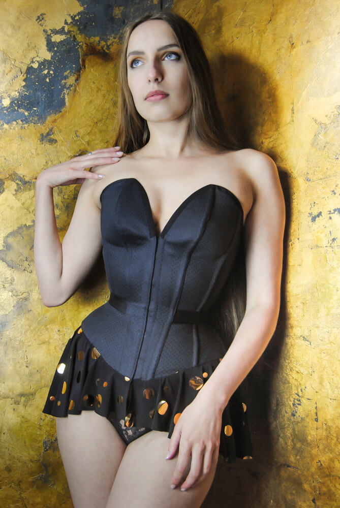 Pop Antique plunge overbust with peplum | Model: Karolina Laskowska | Photo © Marianne Faulkner