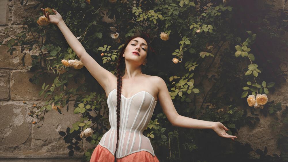 Morua corset in bobbinet | Model: Victoria Dagger | Photo © Sparklewren