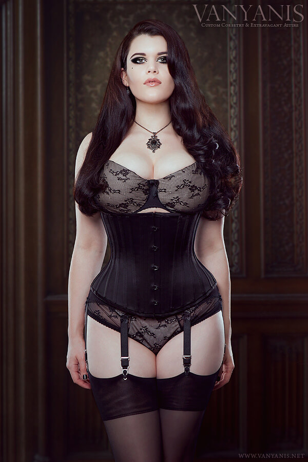 Vanyanís Alecto underbust corset featuring smooth waist shaping. Modeled by Vanyanís designer, Lowana O'Shea.