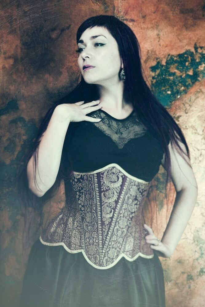 Vanyanís underbust corset in sari silk | Model: Victoria Dagger | Photo © Sparklewren