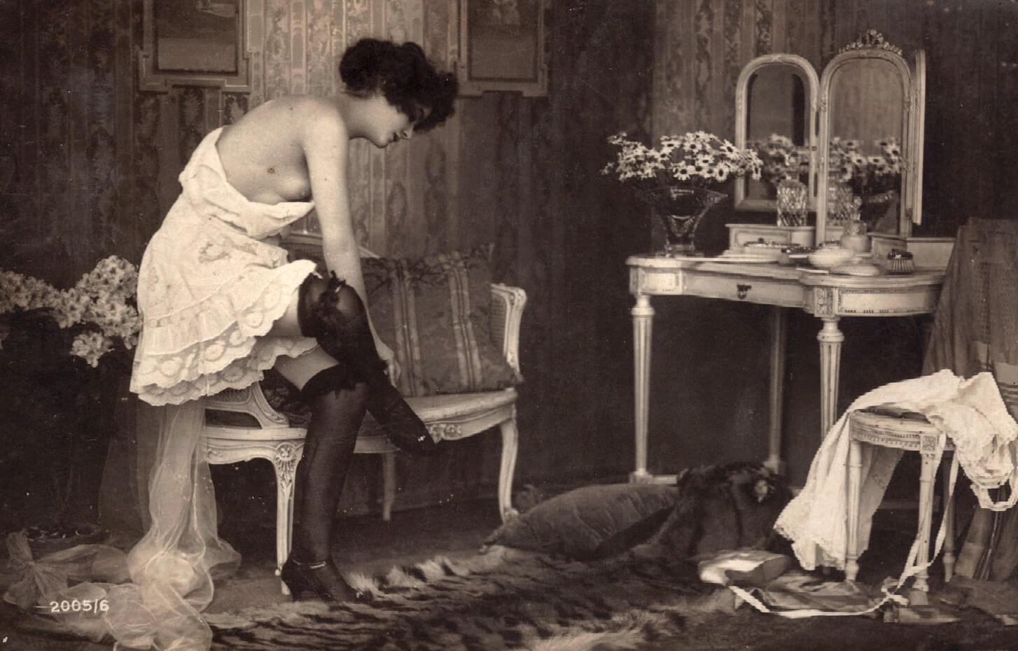 Vintage boudoir scene, via MementoMori on DeviantArt.